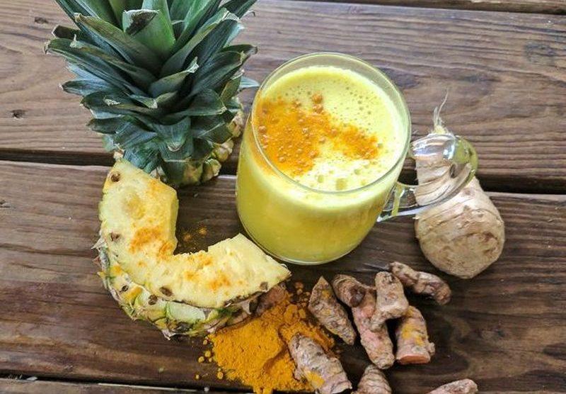Ananásovo-zázvorový smoothie s kurkumou